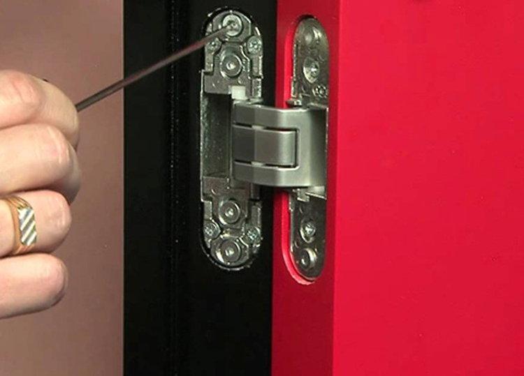 Регулировка провисшей двери